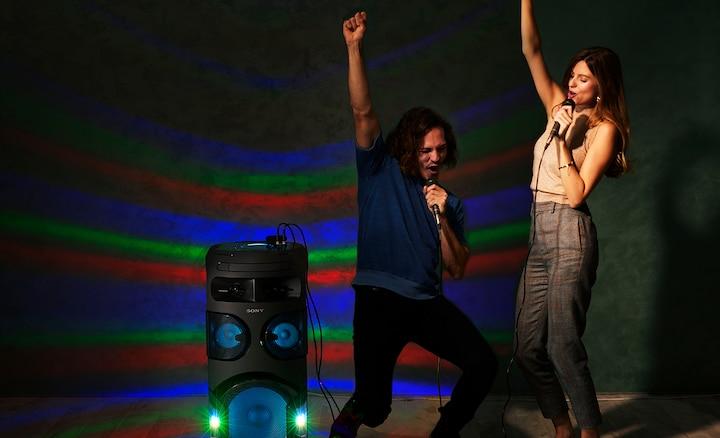 Dos personas cantando
